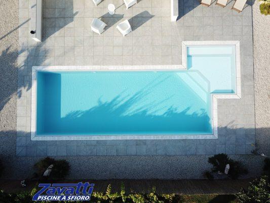 Desing moderno e semplice di una piscina a sfioro Zavatti