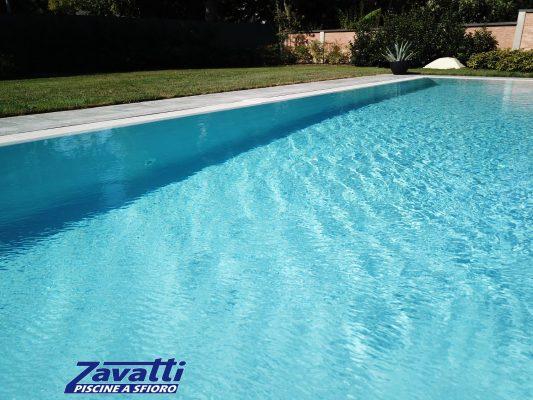 Acqua cristallina di una piscina a sfioro autopulente Made by Zavatti
