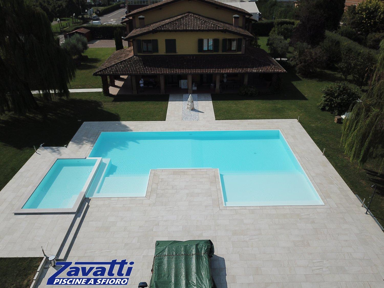 Panoramica piscina interrata forma libera costruita con l'innovativo sistema bloccasseri Easyblok