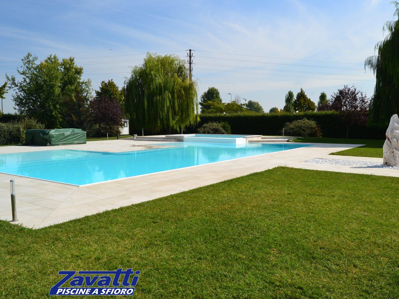 Piscina a sfioro costruita in casseri. Il sistema costruttivo Easyblok permette di creare piscine su misura di qualsiasi forma e dimensione