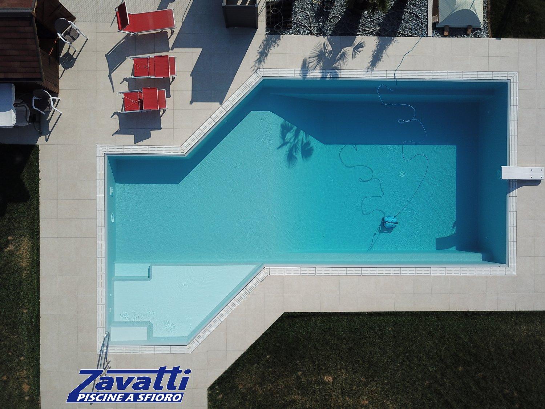 Piscina a sfioro forma libera. Grazie all'innovativo sistema di costruzione Easyblok è possibile creare con facilità la forma della piscina che si preferisce