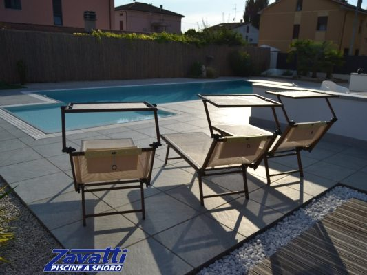 Relax a bordo di una piscina a sfioro Zavatti