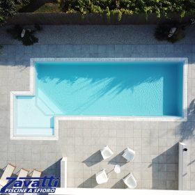 Vista aerea piscina a sfioro Zavatti senza vasca di compenso