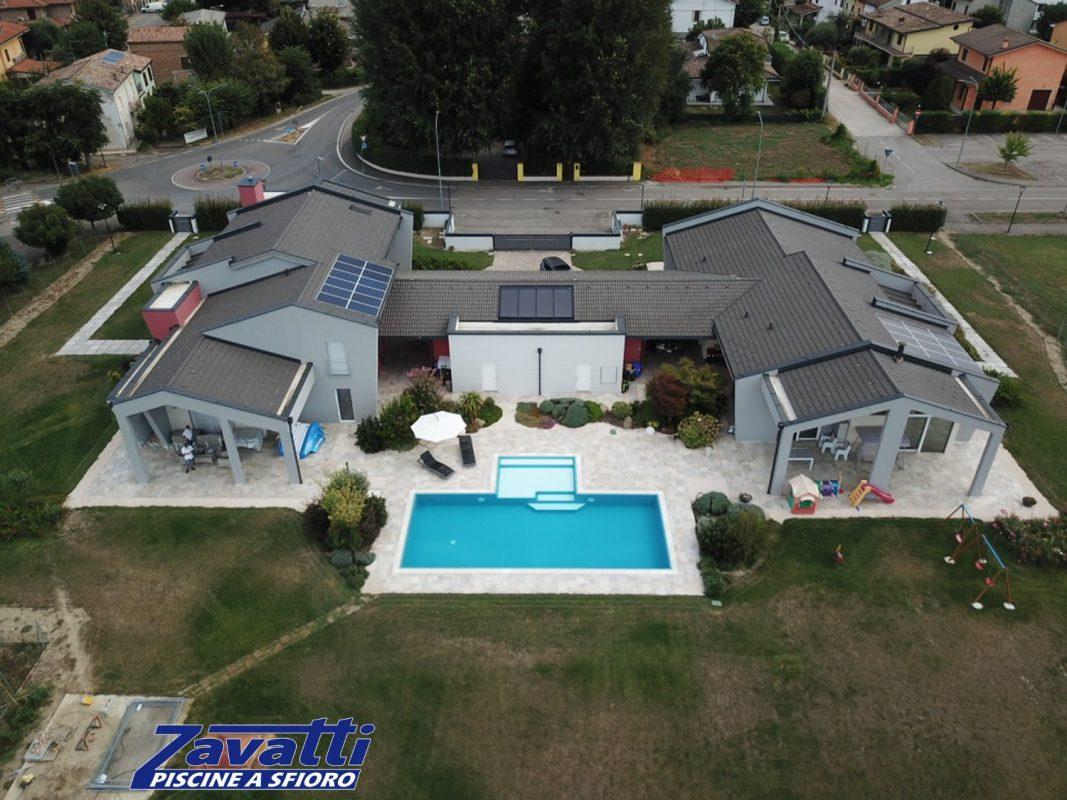 Rivestimento piscina blu che dona colore al design moderno grigio dell'abitazione