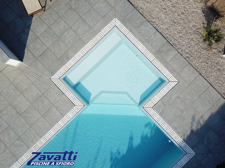 Scalini piscina realizzati con doppio colore. I gradini bicolore permettono di appoggiare in tutta sicurezza i piedi ed evitare problemi di scarsa visibilità sott'acqua
