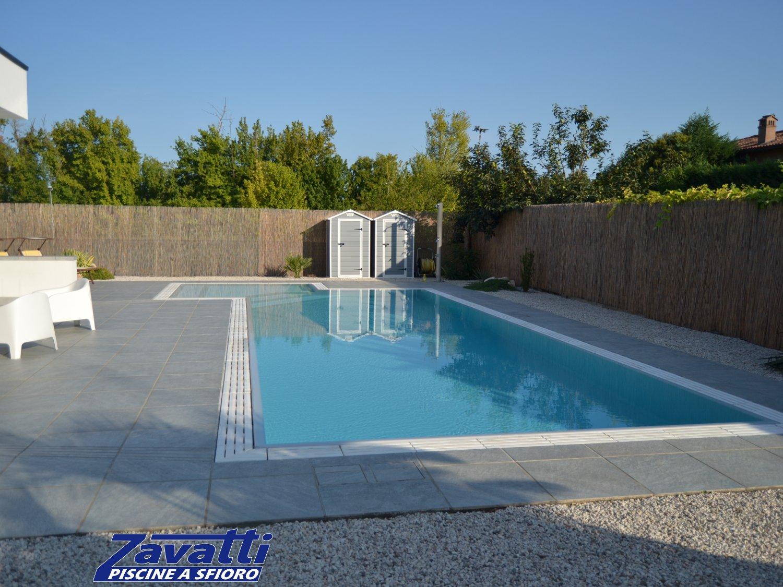 Vista frontale piscina a sfioro senza vasca di compenso con rivestimento ad alta pigmentazione grigio