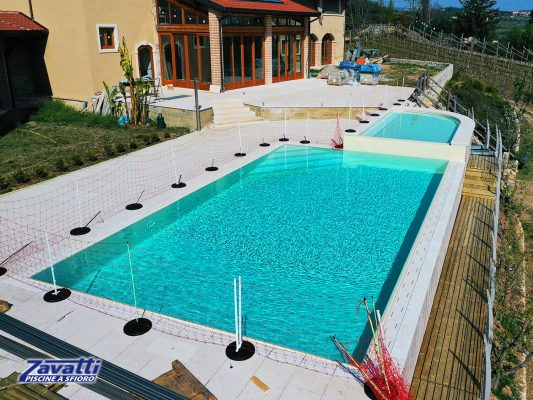 piscina a sfioro in casa moderna senza vasca di compenso